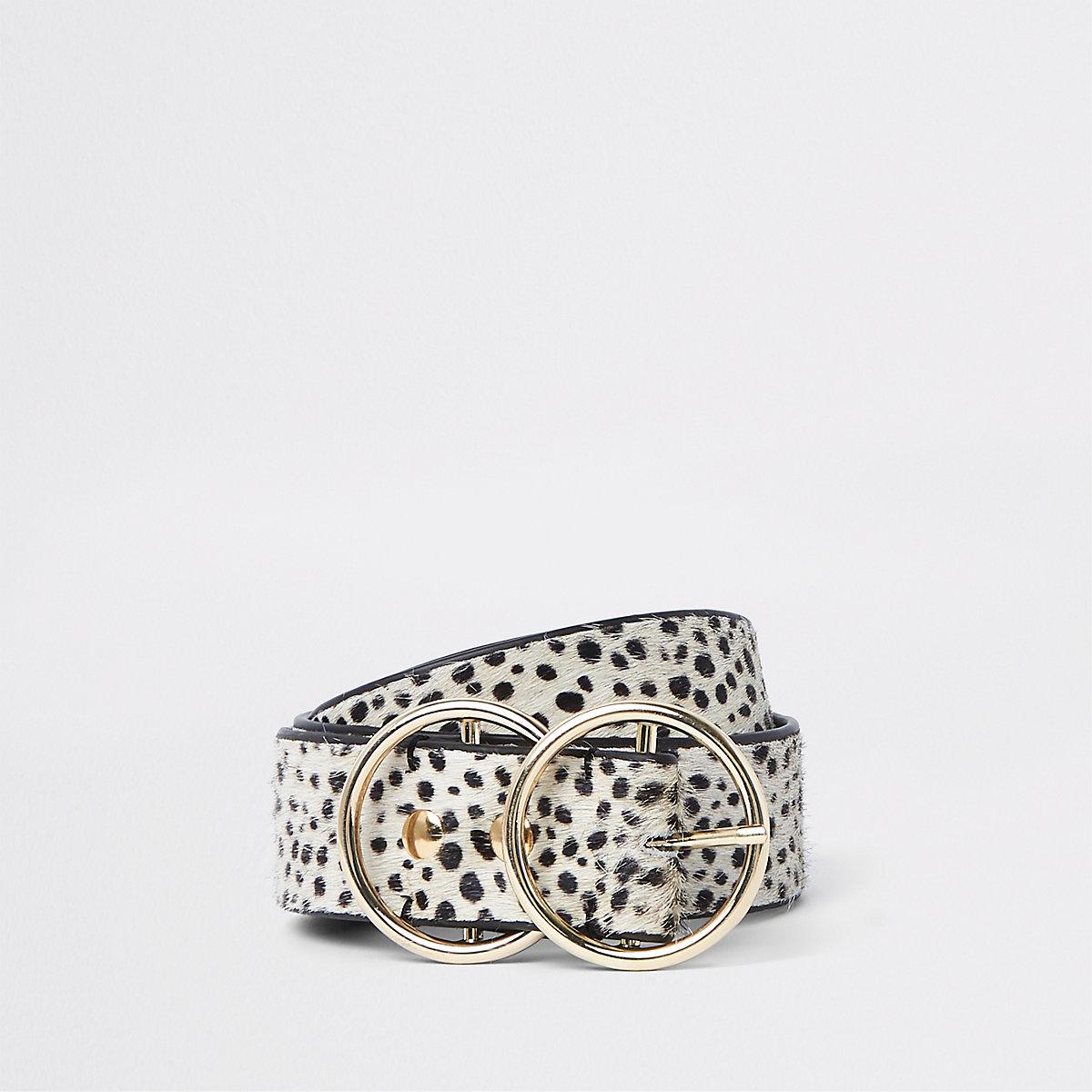 fe18838f30a4 ... Ceinture en cuir imitation poney à imprimé dalmatien blanche à anneaux  ...