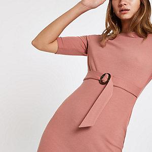 Roze midi-jurk met ceintuur en korte mouwen