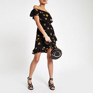 Robe Bardot à fleurs noire avec volants