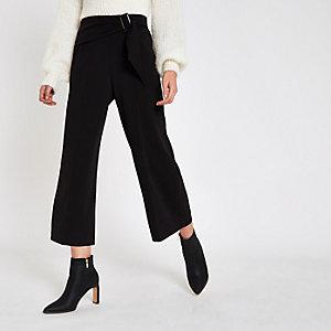 Schwarzer Hosenrock mit Gürtelschnalle