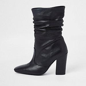 Schwarze, knautschige Lederstiefel