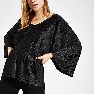 Zwarte plissé top met strikceintuur en kimonomouwen