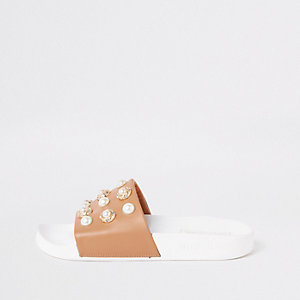 Claquettes beiges ornées de perles
