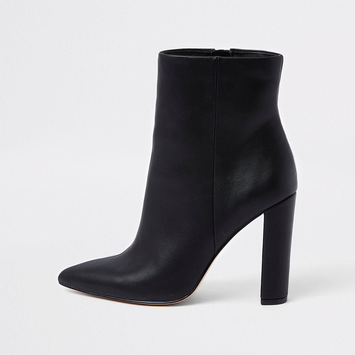 Schwarze Stiefel mit Blockabsatz und weiter Passform