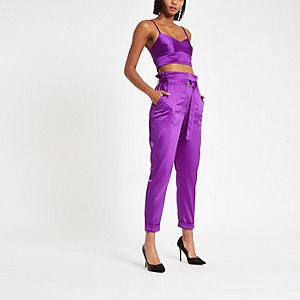 Pantalon en satin violet à taille haute ceinturée