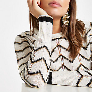 Witte pullover met ronde hals en chevron-streep