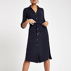 Robe chemise mi-longue bleu marine nouée à la taille