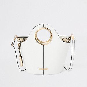 Witte handtas met cirkelvormig hengsel