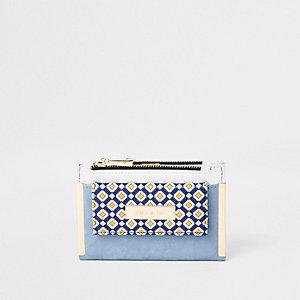 Hellblaue Geldbörse mit geometrischem Print
