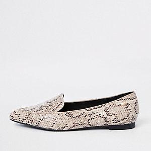 Brede beige loafer in brede pasvorm met spitse neus en slangenleerprint