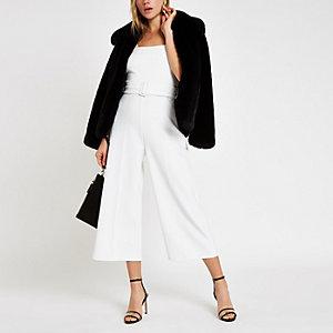 Witte jumpsuit met ceintuur en wijde pijpen