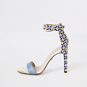 Barely There – Blaue Sandalen mit Print