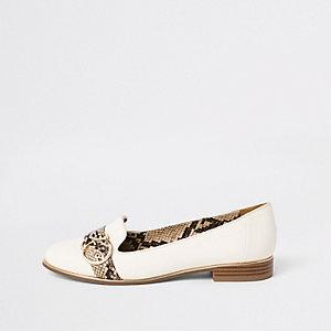 Witte loafers met slangenprint