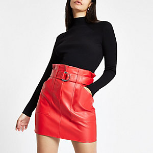 Mini-jupe imitation cuir rouge à taille haute ceinturée