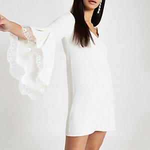 Robe trapèze blanche bordée de dentelle à manches évasées