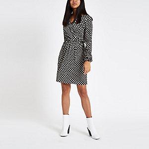 RI Petite - Zwarte plissé jurk met stippen