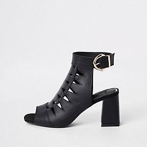 Zwarte schoenlaarsjes met uitsnijding