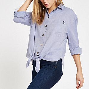 Blauw overhemd met strik voor en opgerolde mouwen
