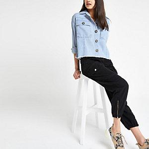 Blaue, kurze Jeansjacke