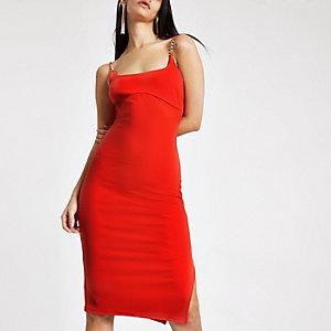Robe mi-longue côtelée rouge bordée de strass