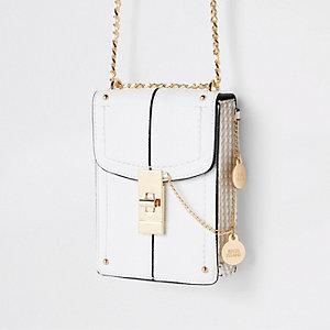 Kleine witte crossbodytas met slotje aan de voorkant