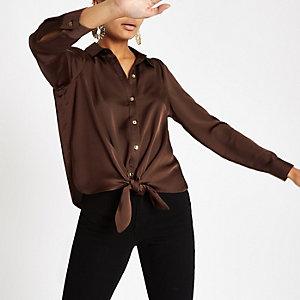 Chemise boutonnée marron nouée sur le devant