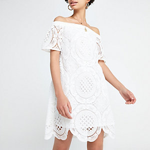 Weißes, schulterfreies Swing-Kleid