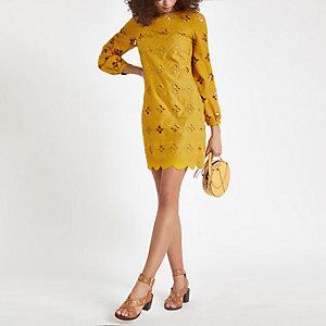Robe trapèze en dentelle jaune foncé à découpe