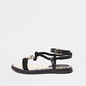 Zwarte platte sandalen met ring en veters