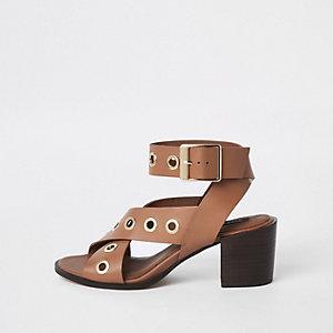 Sandales en cuir marron à talon carré avec œillets