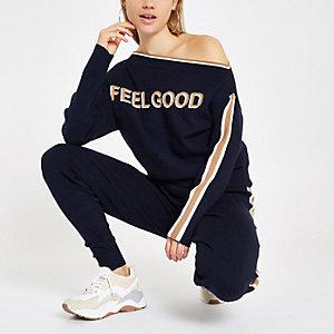 Marineblauwe pullover met 'Feel good'-print op de bies