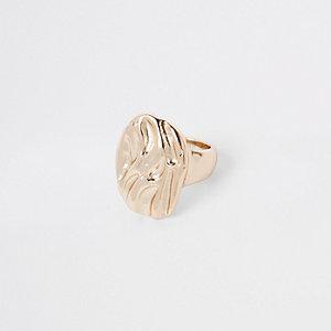 Goldener grober Ring