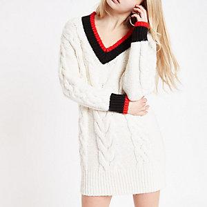 Pulloverkleid mit Zopfstrickmuster und V-Ausschnitt