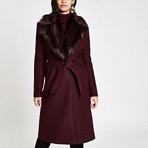 Manteau peignoir rouge foncé bordé de fourrure avec ceinture