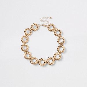 Collier ras-de-cou doré avec anneaux torsadés