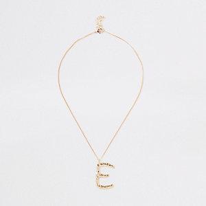 Collier doré avec grand pendentif lettre « E »