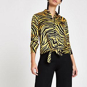 Chemise jaune à imprimé zèbre nouée sur le devant