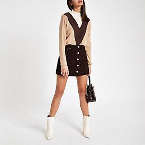 Mini-jupe en velours côtelé marron foncé boutonnée sur le devant