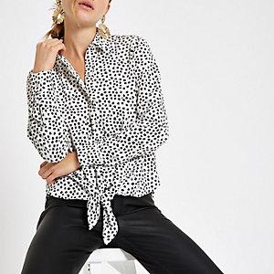 Chemise blanche à pois nouée sur le devant