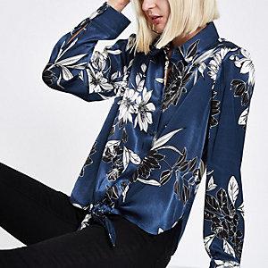 Chemise à fleurs bleu marine nouée sur le devant