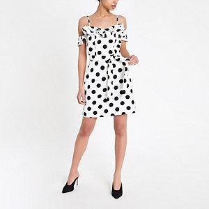Mini robe Bardot blanche à pois et volants