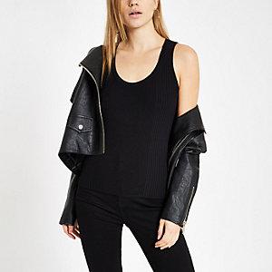 Zwart geribbeld hemdje met lage hals