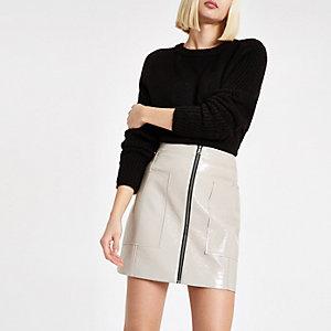 Mini-jupe en vinyle grise zippée devant