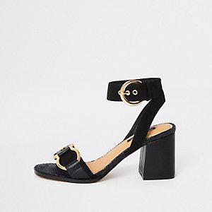 Chaussures noires à talon carré et boucle sur le devant