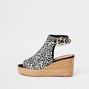 Bruine sandalen met luipaardprint en sleehak