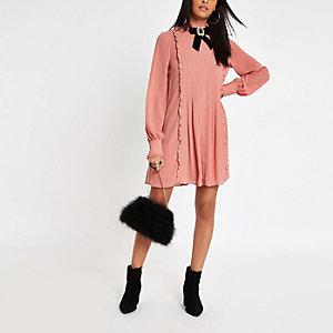 Pinkes Swing-Kleid mit Brosche