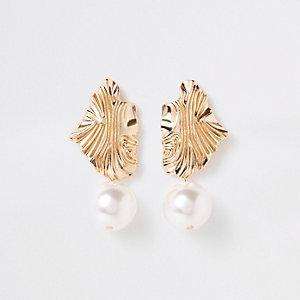 Pendants d'oreilles dorés à perles