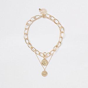 Lot de colliers dorés avec pendentifs pièces dont un épais