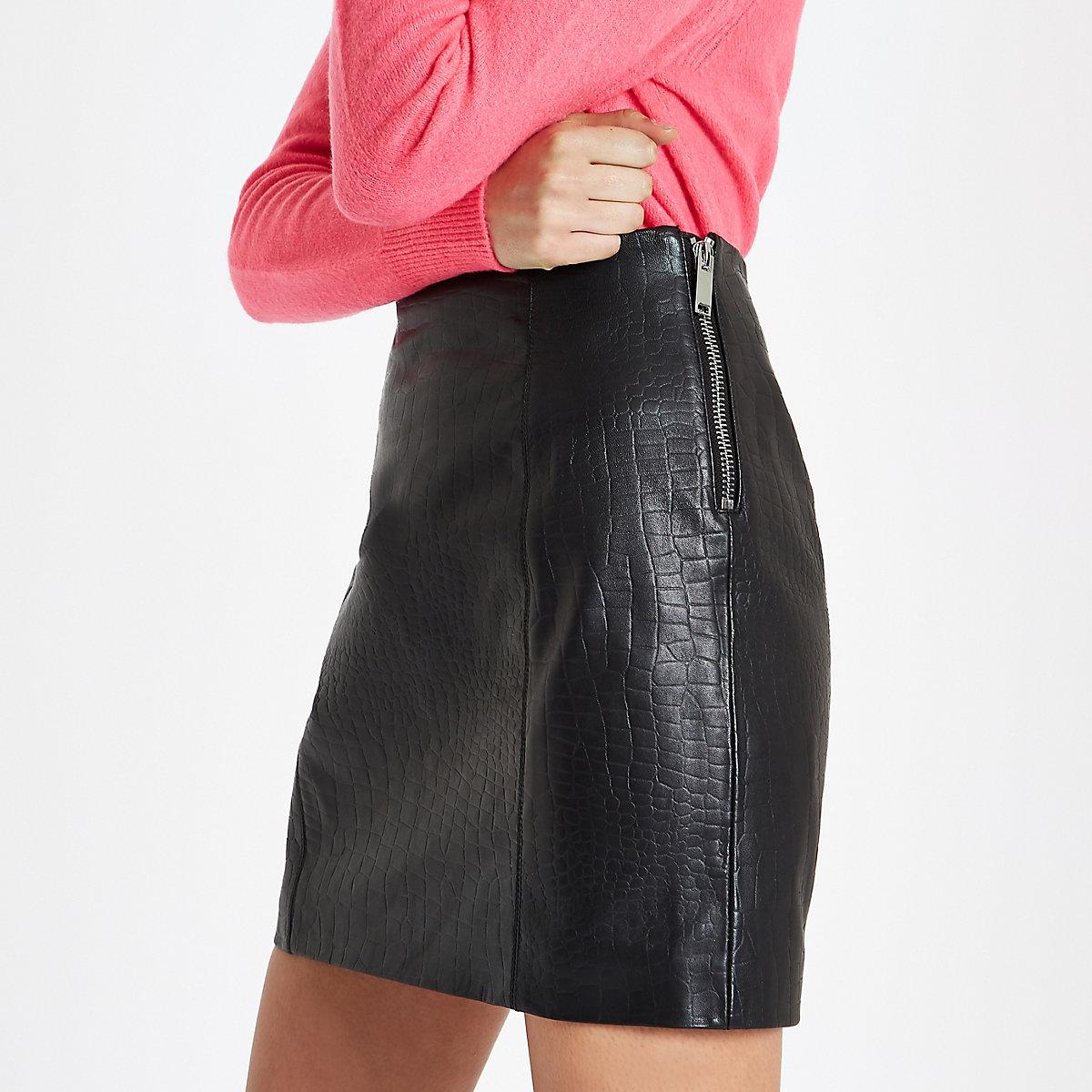 Mini-jupe en cuir effet croco noir zippée sur le côté