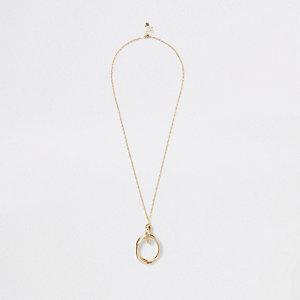 Goldene, lange Halskette mit kreisrundem Anhänger